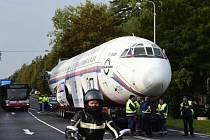 Tahač s letounem Tu-154 se vydal na cestu.