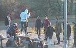 VIDEO: Partička mladíků brutálně napadla ochranku nákupního centra v Butovicích