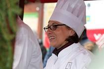 Rozlévání tradičního štědrovečerního pokrmu se ujala podle tradičního zvyku nová pražská primátorka Adriana Krnáčová (ANO). Vedle ní se objevil také ministr financí a šéf hnutí ANO Andrej Babiš.