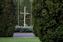 PIETNÍ MÍSTO. Jednoduchý kříž v centrální části ďáblického hřbitova.