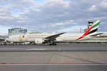 Boeing 777 společnosti Emirates na pražském letišti.