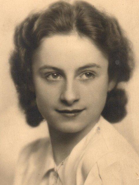 Básně začala psát Josefa Tibitanzlová vmládí, vdobě, kdy vznikla itato maturitní fotografie.