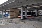 Po podepření se pod most u metra Vltavská 1. listopadu vrátili chodci a částečně i tramvaje.