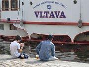 Pohoda na náplavce na Rašínově nábřeží v Praze.