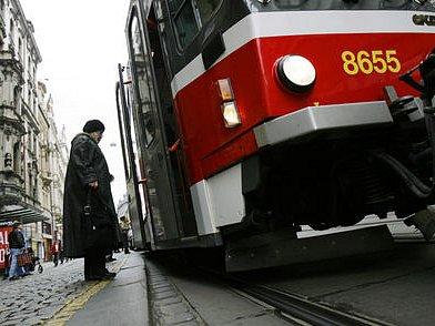 DVACET MINUT. Čekání na tramvaj nebo metro se v neděli dopoledne Pražanům protáhne, na většině tramvajových linek bude interval 20 minut, v metru pak deset.