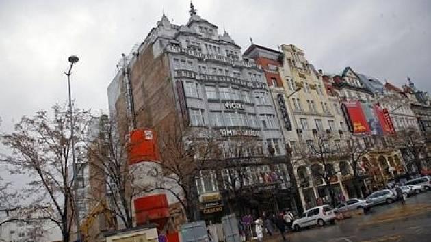 ZELENÝ BULVÁR. Tak si představuje budoucnost Václavského náměstí architekt Jakub Cigler. Do tohoto stavu má ale náměstí ještě hodně daleko.