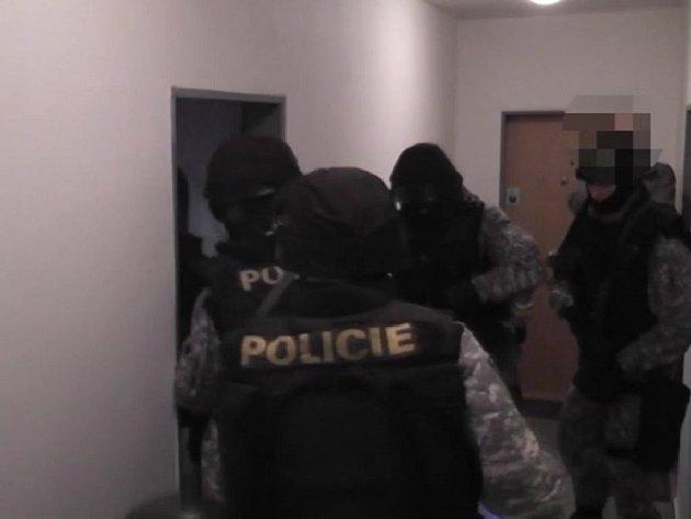 Deset falešných policistů dopadli v uplynulém týdnu pražští kriminalisté. Podařilo jim zadržet členy hned dvou na sobě nezávislých skupin, které zneužily důvěru lidí vůči policii k tomu, aby  mohly krást a loupit.