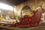 Detail dřevořezby na zádi lodě, která nese benátského lva.