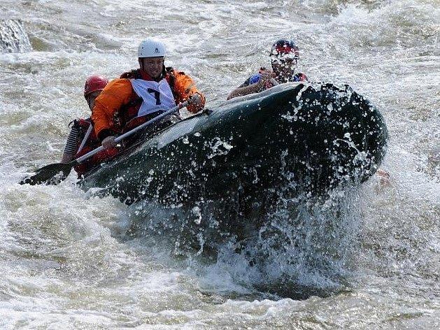 Sportovní klání uspořádané pražskými hasiči hostil v sobotu cvičný vodácký kanál v Troji. Konal se tam již 14. ročník soutěže hasičských posádek v jízdě na raftových člunech.