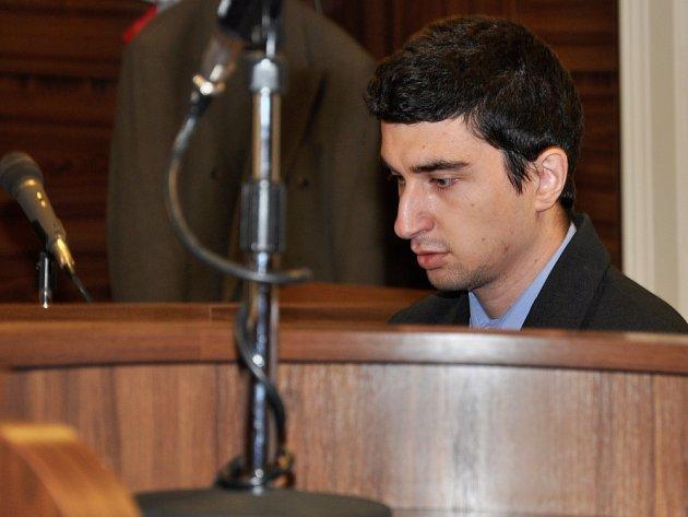 Na doživotí poslal – prozatím nepravomocně; ještě je možné dovolání k pražskému vrchnímu soudu – ve čtvrtek Městský soud v Praze do věznice se zvýšenou ostrahou 26letého Zbyňka Prokopa. Přiznal se k nebývale brutální a trýznivé vraždě 19letého páru.