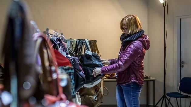 Charitativní prodej kabelek v OC Hostivař v Praze