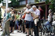 Necelá stovka lidí se zúčastnila 4. srpna v Klánovicích happeningu proti rozšíření a výstavbě golfového hřiště, kvůli kterému by musela být výkácena část klánovického lesa.