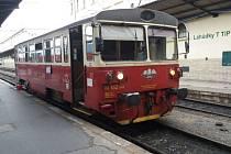 Starý vůz. Motorový vlak KŽC Doprava stále zajišťuje veřejnou dopravu v Praze mezi Masarykovým nádražím a Čakovicemi.