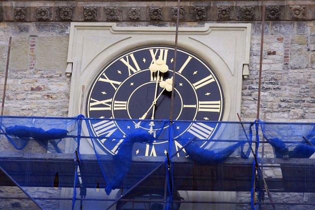 Na pražské Staroměstské radnici byly 9. března 2018 v pravé poledne zprovozněny hodiny umístěné pod ochozem věže radnice.