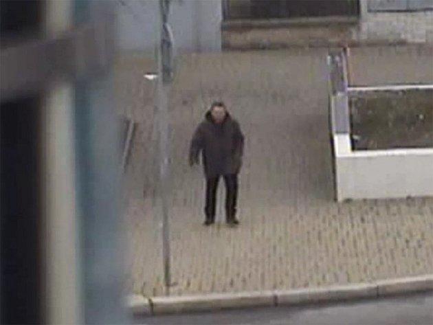 K definitivní porážce přispěly záznamy městských kamer, které podobu neúspěšného adepta loupežnického řemesla zachytily při odchodu z místa činu.
