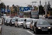 Dopravní situace v okolí dejvického kulaťáku ráno 11. října v Praze. Na snímku Svatovítská ulice.