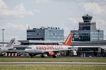 Ilustrace Letiště Václava Havla v Praze, 21. července. řídící věž, přistání, easyjet, příprava na vzlet