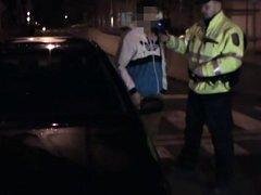 Kontrola opilého řidiče v Bryksově ulici na Černém Mostě.