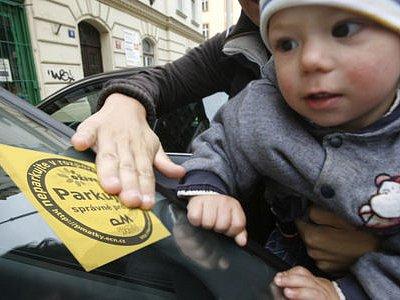 PARKUJ SPRÁVNĚ! To vylepováním cedulek připomínaly řidičům Pražské matky.