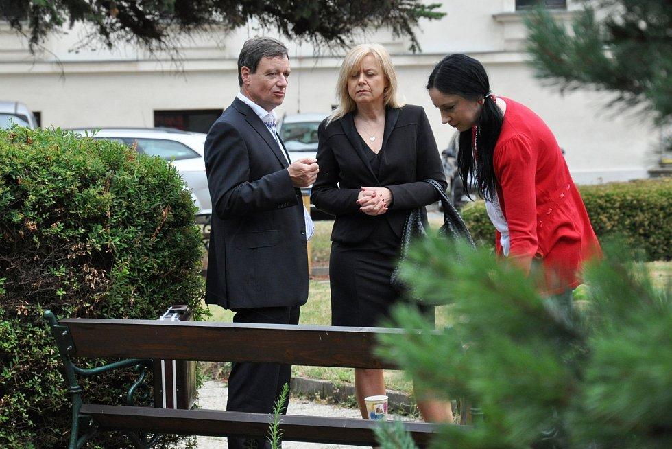 Exhejtman David Rath se svou obhájkyní Marcelou Ondřejovou a spoluobžalovanou Lucií Novanskou.