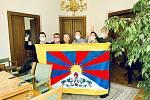 S tibetskou vlajkou se na radnici Prahy 3 vyfotil také místostarosta Štěpán Štrébl (Piráti), který je na fotografii první zleva. Štréblova firma přitom obchoduje s Čínou.
