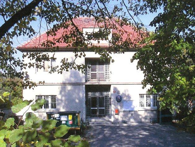 MOHOU BÝT NATÁČENI? Spor o záznamy z jednání místního zastupitelstva přerostl v otevřený konflikt. (Na snímku budova obecního úřadu ve Zdibech.)