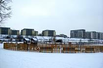 Krematorium ve Zličíně má vzniknout na pozemku mezi novou obytnou zástavbou (v pozadí), dvojicí dětských hřišť (v popředí) a parkem Na Prameništi. Nedaleko odtud je navíc zdroj pitné vody.
