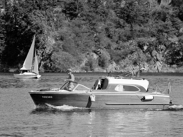 NA LOĎ I BEZ PAPÍRŮ. Na menší motorové plavidlo nepotřebujete zkoušky. Vydat se můžete až na Slapy.