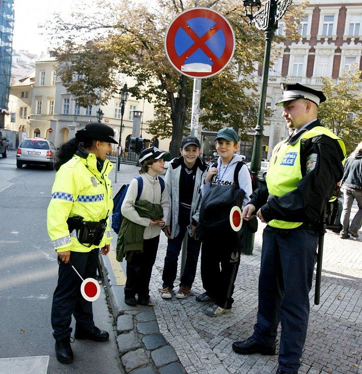 Strážníci dohlížejí na bezpečné přecházení dětí. Ilustrační foto.