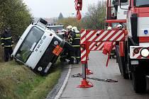 NAŠTĚSTÍ VYDRŽELA. I tak ale převrácenou cisternu dostávali hasiči zpět na silnici přes dvě hodiny.
