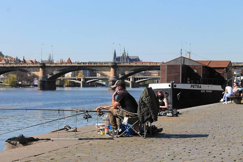 Rybáři vyhledávají klid, tento si ho v slunečném dni moc neužil.