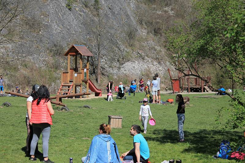 Do Prokopského údolí vyrazily o velikonočních svátcích davy lidí.