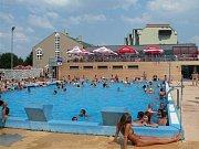 Venkovní bazén v areálu Pražačka. Ilustrační foto.