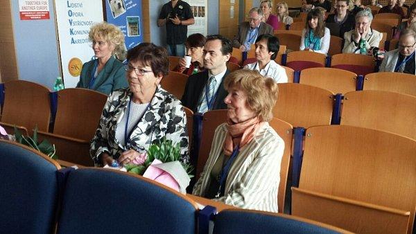 Konference vNemocnici Na Bulovce měla idva velmi významné hosty. Dámy, které pro mnoho let dopředu nastavily metodiku a organizaci účinné léčby HIV / AIDS. Doc. MUDr. Marii Staňkovou, CSc. a a RNDr. Marii Brůčkovou, CSc.