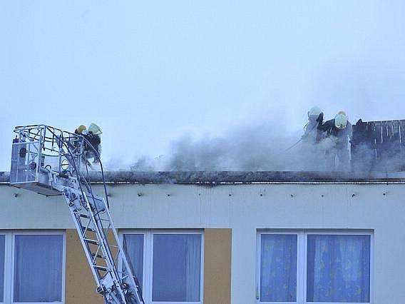 Na sídlišti v Nových Butovicích v Praze hořela 13. srpna vpodvečer střecha panelového domu. Vzňalo se 70 balíků lepenky. Požár se rozšířil na plochu o rozměrech 15 krát 30 metrů. Policisté celý osmipatrový dům evakuovali.
