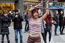 Centrem Prahy prošel průvod na podporu pouličních umělců.
