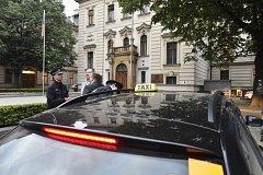 Pražší taxikáři místo protestu přijeli na úřad vlády jednat s premiérem Andrejem Babišem.