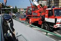 Hasiči HZS Praha vyprostili za pomoci automobilového jeřábu osobní automobil, který byl po dopravní nehodě zaklíněný v podchodu.