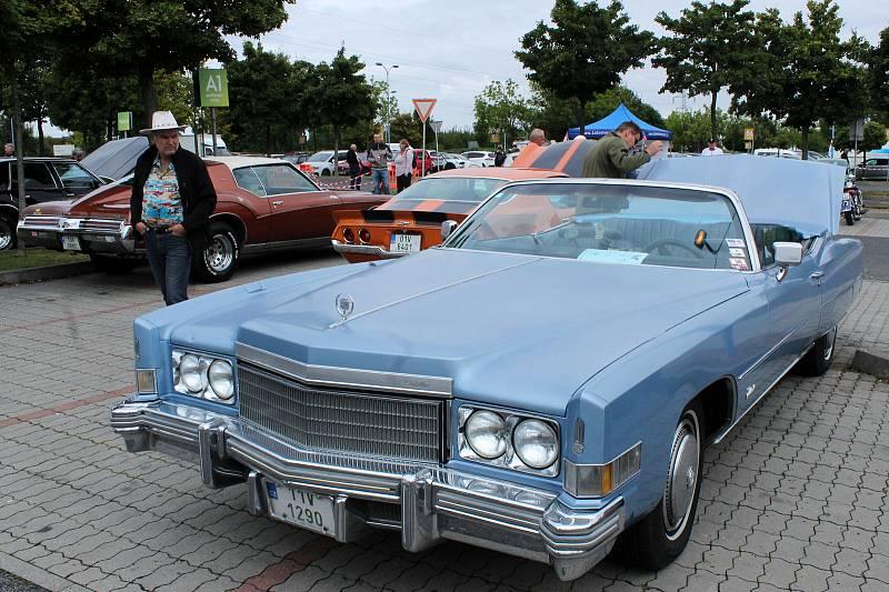 Na parkovišti v areálu OC Letňany proběhl sraz amerických aut a motocyklů.