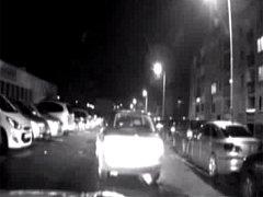 Po chvíli se vůz rozjel – avšak bočně naboural do zaparkovaného auta. Přesto pokračoval v jízdě směrem do Platónovy ulice, jako by se nechumelilo.