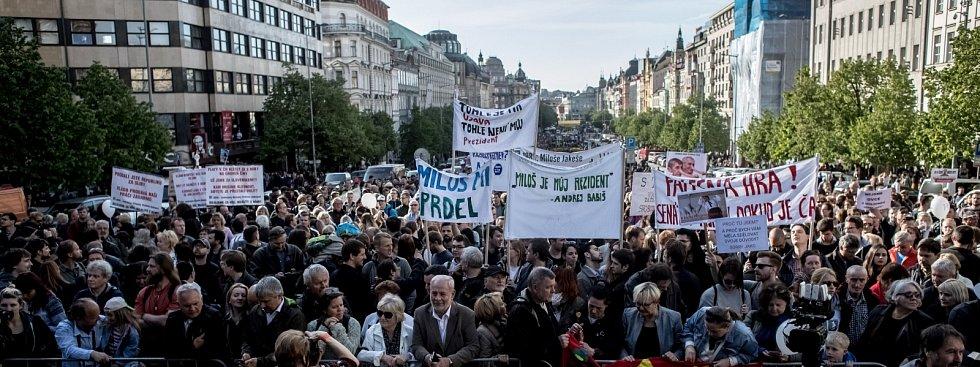 Na dvacet tisíc lidí se sešlo 10. května na pražském Václavském náměstí, aby protestovali proti Andreji Babišovi a Miloši Zemanovi.