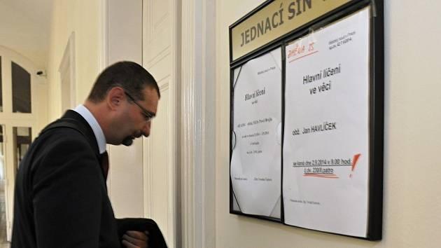 Lékař Pavel Brejla u Městského soudu v Praze. Podle verdiktu léčil v letech 2008 až 2010 svého známého, původně movitého podnikatele, tak, že u něj vypěstoval závislost na tišícím opiátu dolsin.