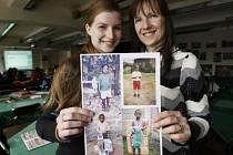 Věra Šmídová s dcerou Anetou ukazují fotografie sedmiletého Jamese Kiarie Wambui, kterého si v létě 2007 na dálku adoptovali.