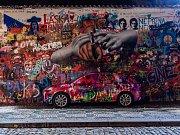 Automobil Škoda Scala v maskování u Lennonovy zdi v Praze.