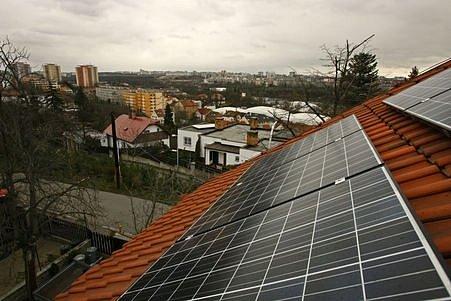 Kolektor na výrobu elektřiny ze sluneční energie na soukromém pozemku na Zahradním městě v Praze .