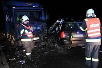 Následky dopravní nehody dvou osobních a jednoho nákladního automobilu na silnici mezi Uhříněvsí a Říčany.