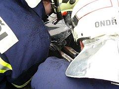 VYPROŠŤOVÁNÍ Z HAVAROVANÝCH AUT. Pro senohrabské hasiče to není i kvůli blízkosti dálnice D1 zas tak neobvyklá činnost.