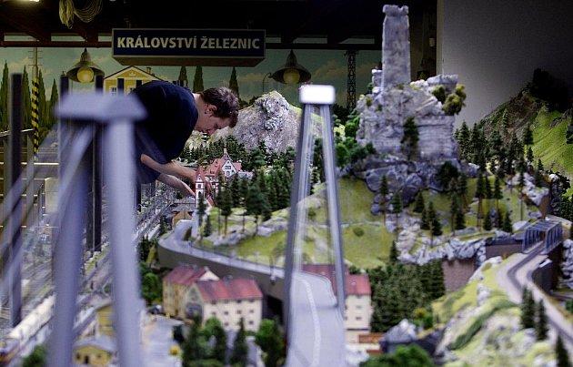 Poslední úpravy před středečním otevřením největšího modelu vláčků v zemi - Království železnic.