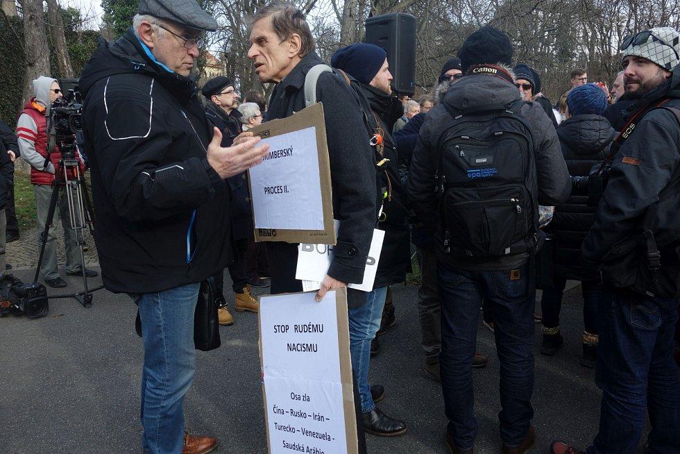 Náměstí Pod kaštany nese jméno Borise Němcova.