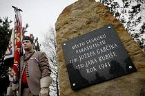 V Nehvizdech si připomněli 28. prosince 70. výročí seskoku parašutistů Gabčíka a Kubiše v roce 1941. Kvůli nepřízni počasí však neseskočili vojáci padákem, pouze vrtulník proletěl nad shromážděním u památníku v polích za Nehvizdy.